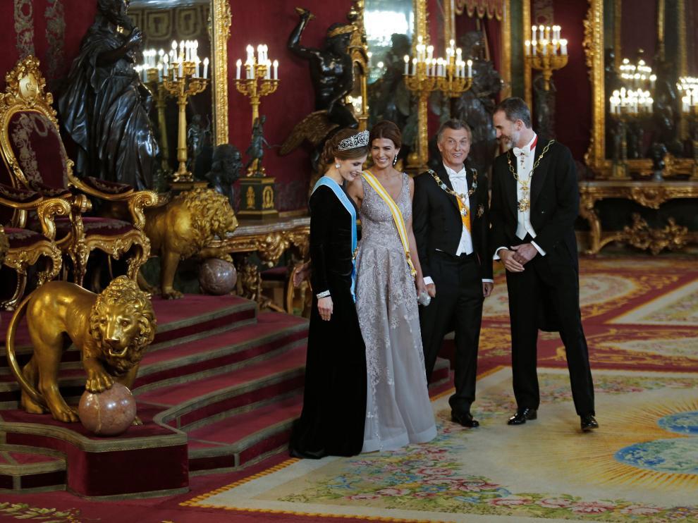 Los Reyes y el matrimonio Macri, en el Palacio Real antes de la cena.