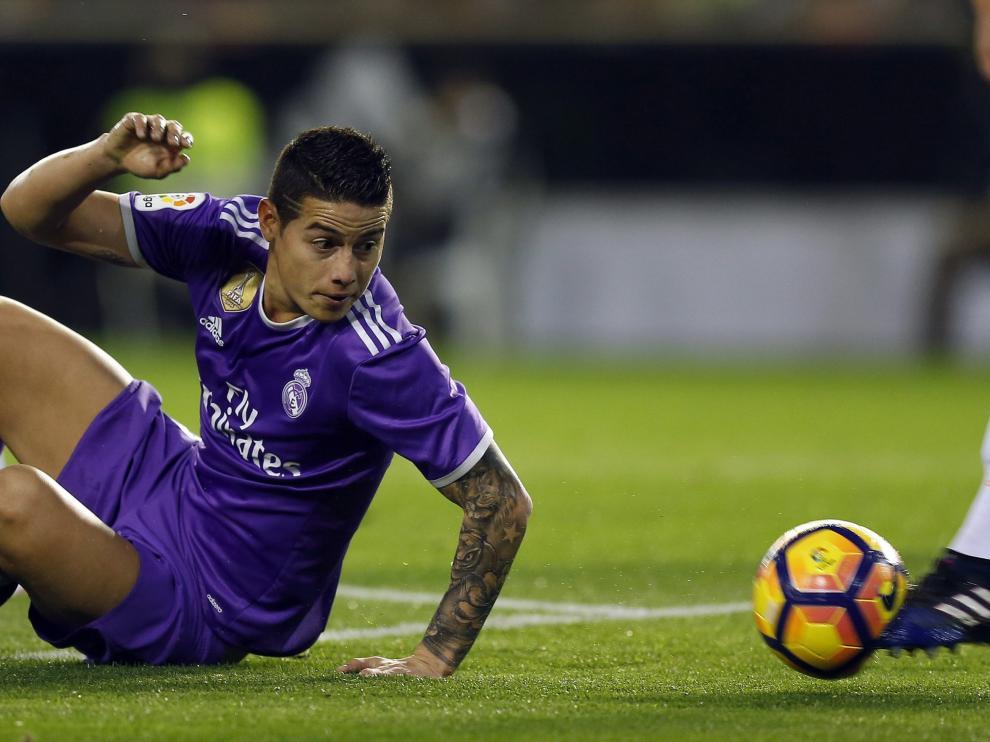 James ve escaparse el balón en los pies de un jugador del Valencia.