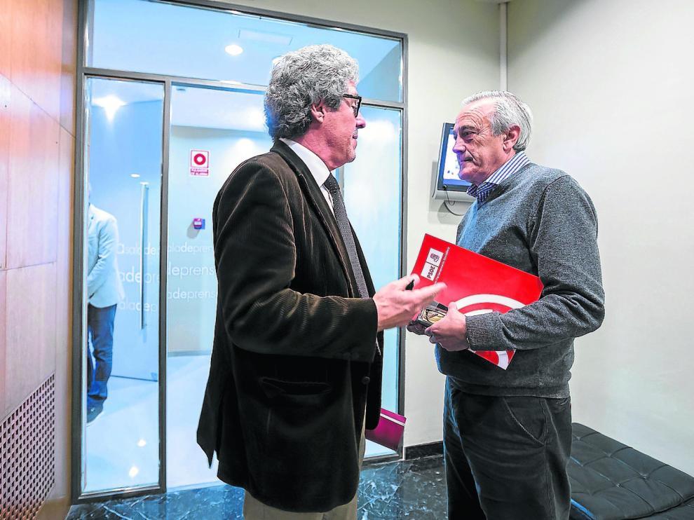 El portavoz de CHA en las Cortes, Gregorio Briz –izda.–, habla con su homólogo del PSOE, Javier Sada, tras desconvocar la reunión.