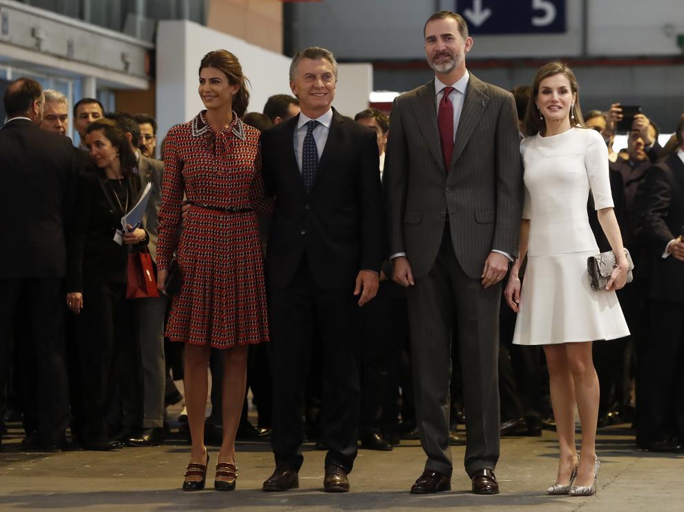 Los Reyes inauguran ARCO con el presidente argentino y su esposa