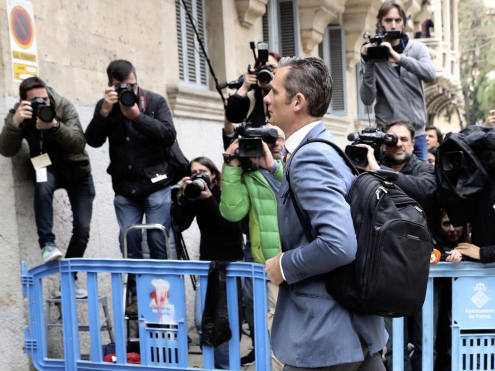 Iñaki Urdangarin, exsocio de Diego Torres, llega a la Audiencia de Palma donde se celebra hoy la vista para decidir sobre la petición de medidas cautelares contra ambos, después de que hayan sido condenados a 8 años y 6 meses y 6 años y 3 meses de cárcel, respectivamente, por delitos de corrupción y fiscales en el caso Nóos. El tribunal provincial admitió la solicitud del fiscal Anticorrupción Pedro Horrach y convocó las vistas para hoy, a puerta cerrada. EFE/Ballesteros