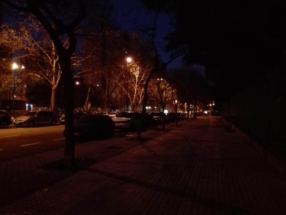 El lado de los números impares de la calle Condes de Aragón por la noche