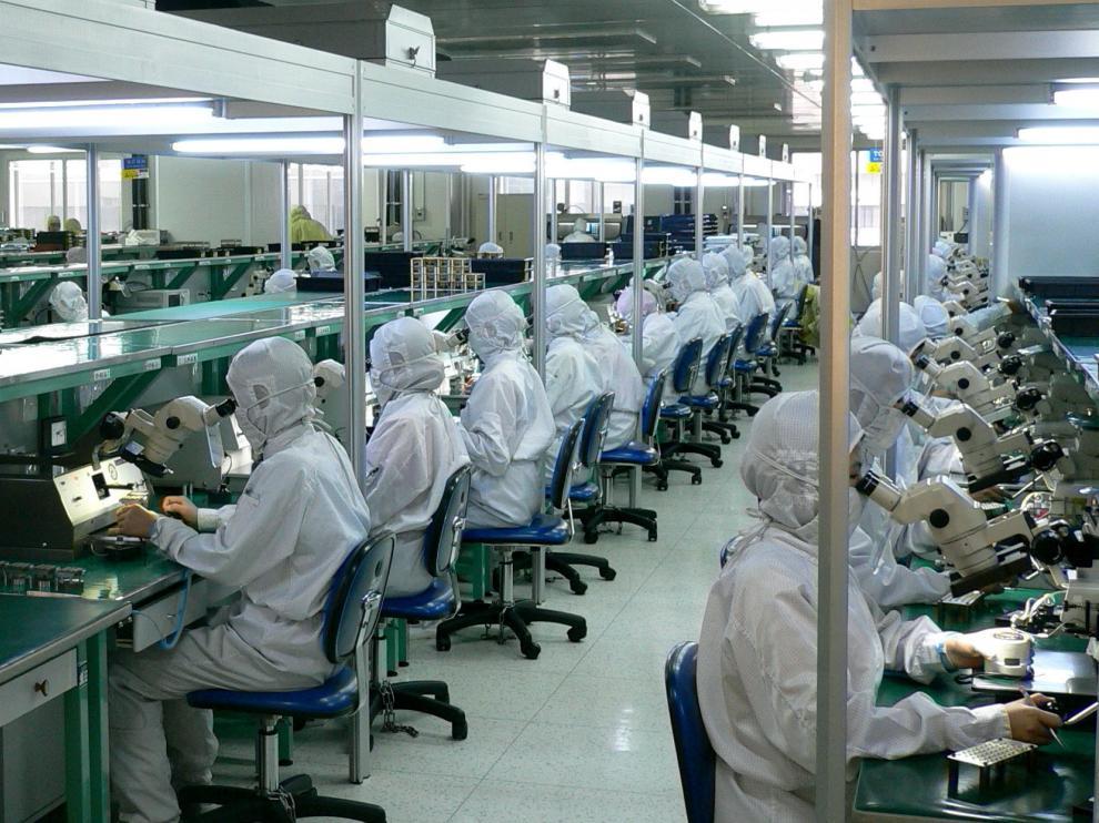 Trabajadores de una empresa óptica en Japón.