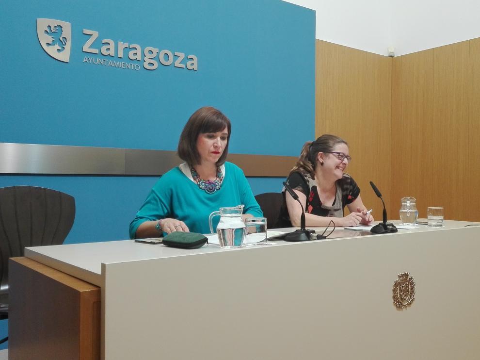 La portavoz de Ciudadanos, Sara Ferández (izquierda), y la concejala del PSOE Marta Aparicio, durante la rueda de prensa que han ofrecido hoy.
