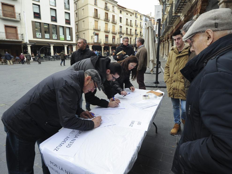 Los alcaldes de la Ribera del Turia recogieron en la plaza del Torico más de 600 firmas de apoyo.