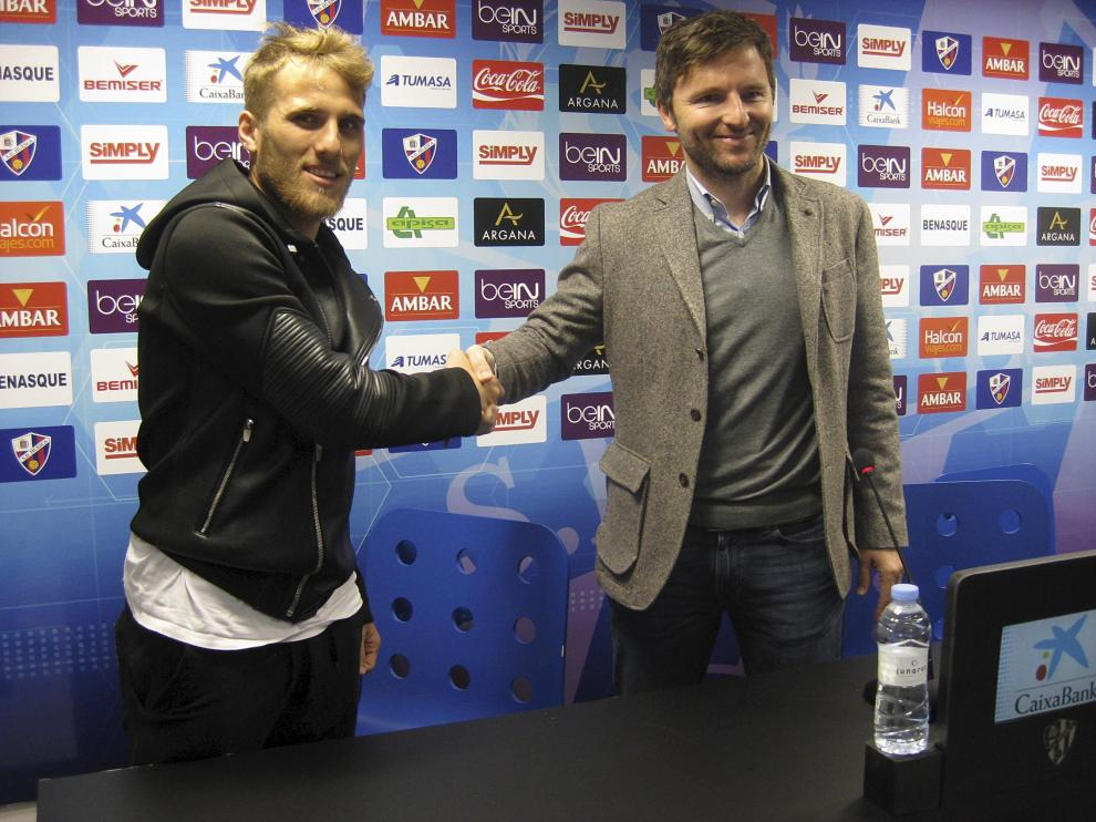 Lalo Arantegui, junto a Samu Sáiz, futbolista estrella del Huesca.
