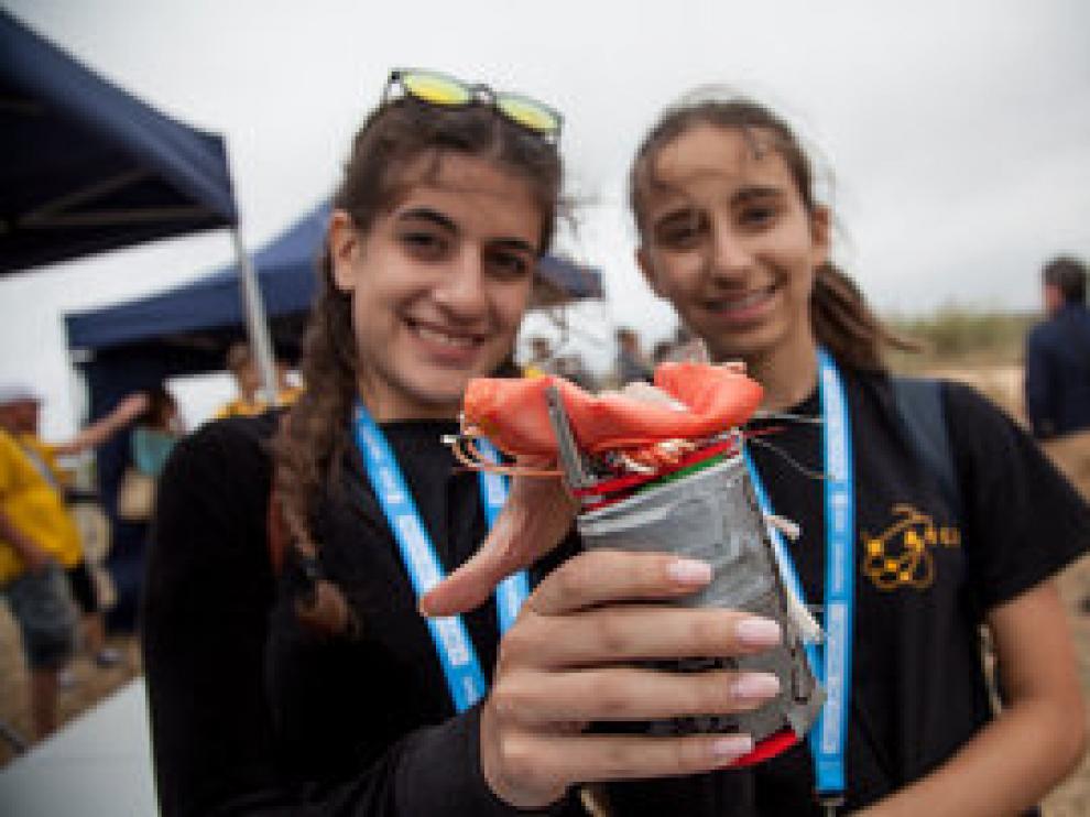 Estudiantes y su CanSat en la campaña de lanzamiento.