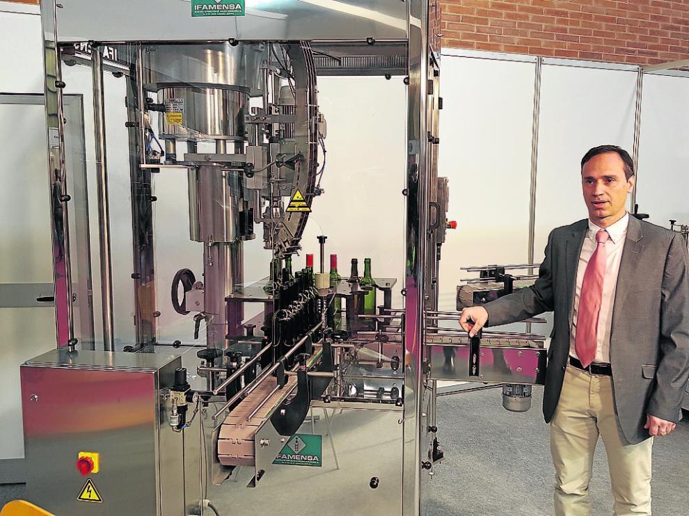 Carlos Briz con su maquinaria en el expositor de la empresa en la última edición de Enomaq.