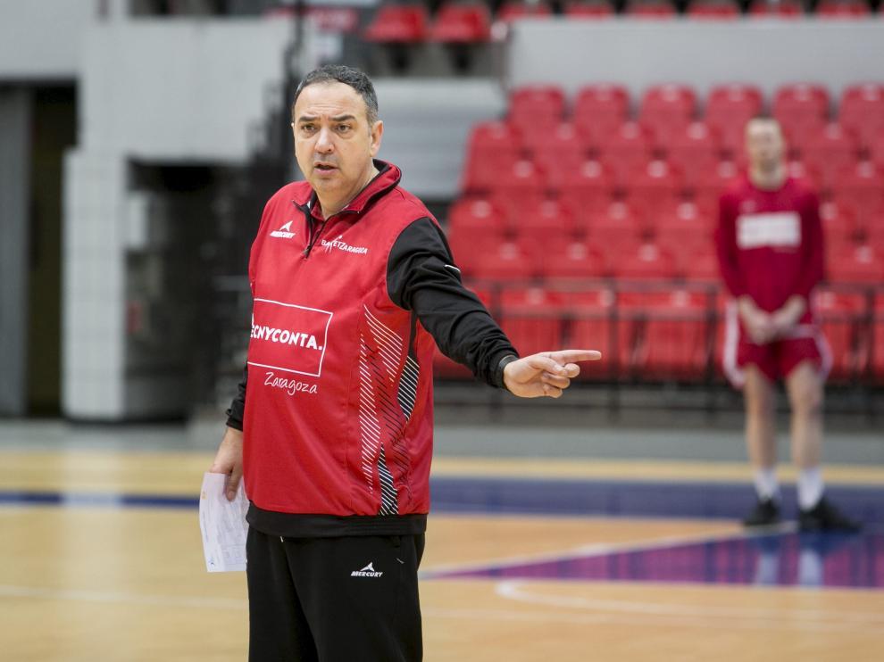 Andreu Casadevall hace una indicación con su mano izquierda durante un entrenamiento.