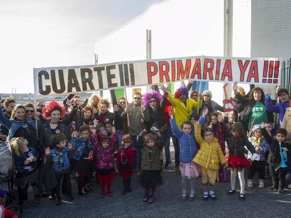 Punkis, hippies y roqueros se concentraron ayer a las puertas del colegio Cuarte 3.