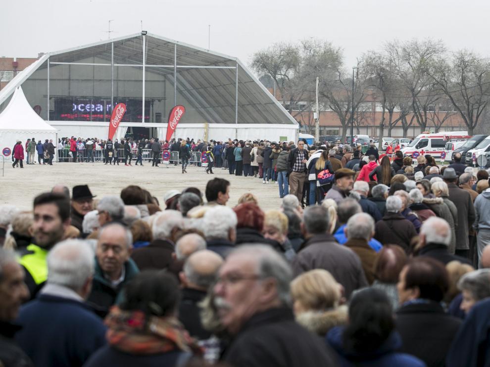 Las filas antes del comienzo del reparto ocupaban toda la explanada del parque