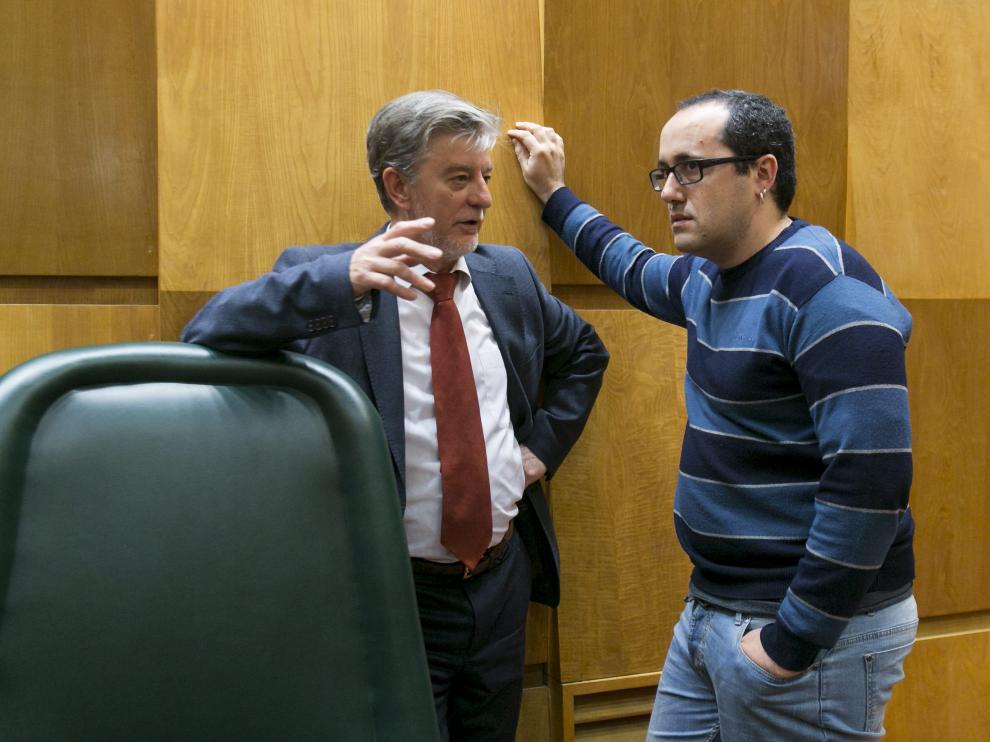 El alcalde de Zaragoza, Pedro Santisteve, ayer en el pleno junto al concejal de Servicios Públicos y Personal, Alberto Cubero.