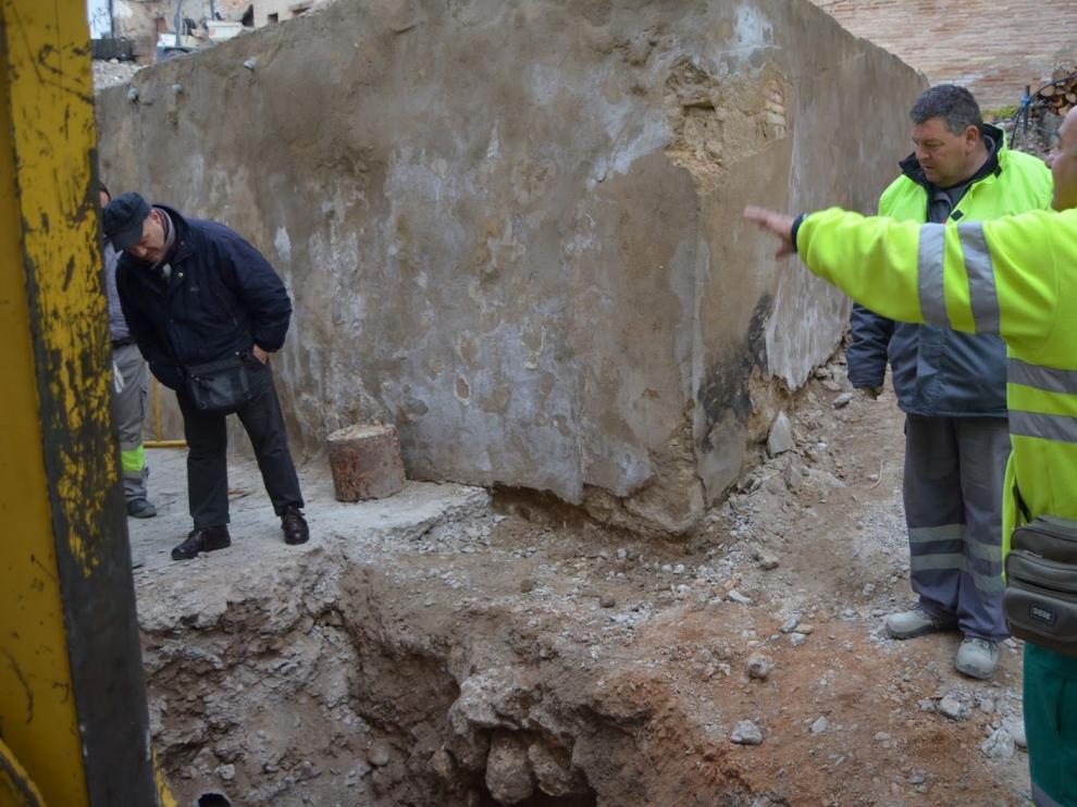 El arqueólogo –izquierda– y miembros de la brigada observan la estructura aparecida.