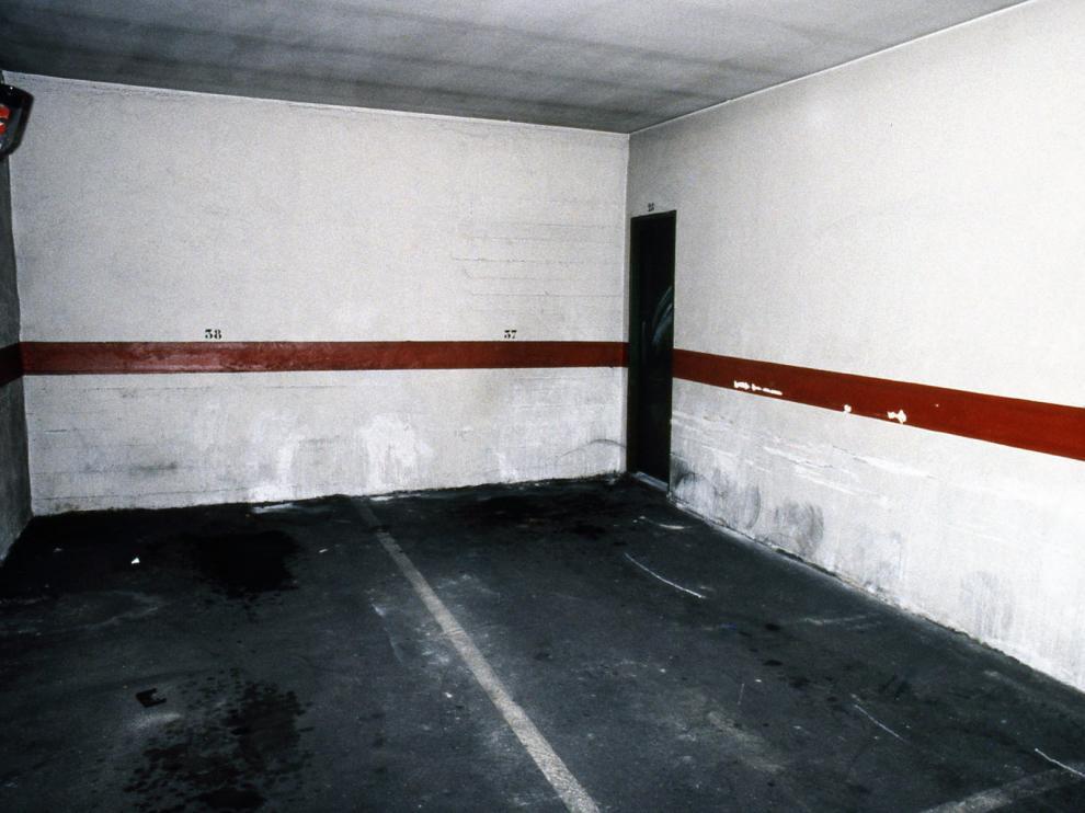 Garaje de Fueros de Aragón, escenario del crimen. Mercedes Lázaro fue atacada cuando se dirigía al ascensor de su garaje tras haber aparcado el coche. La víctima forcejeó con el criminal que, tras asesinarla, escondió su cuerpo en un rincón del parquin.