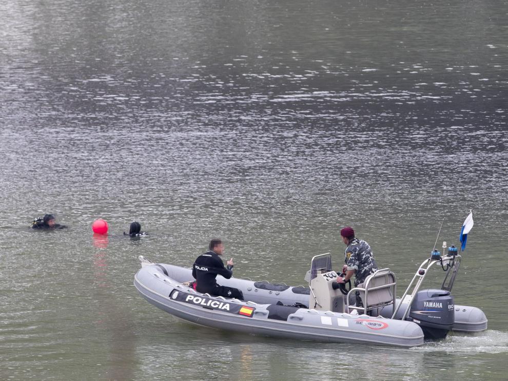 Buzos del Grupo Especial de Operaciones en la dársena del río Guadalquivir.