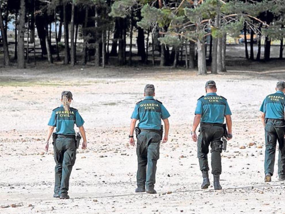 Agentes de la Guardia Civil en un operativo en las inmediaciones de la playa Pita en agosto de 2012.