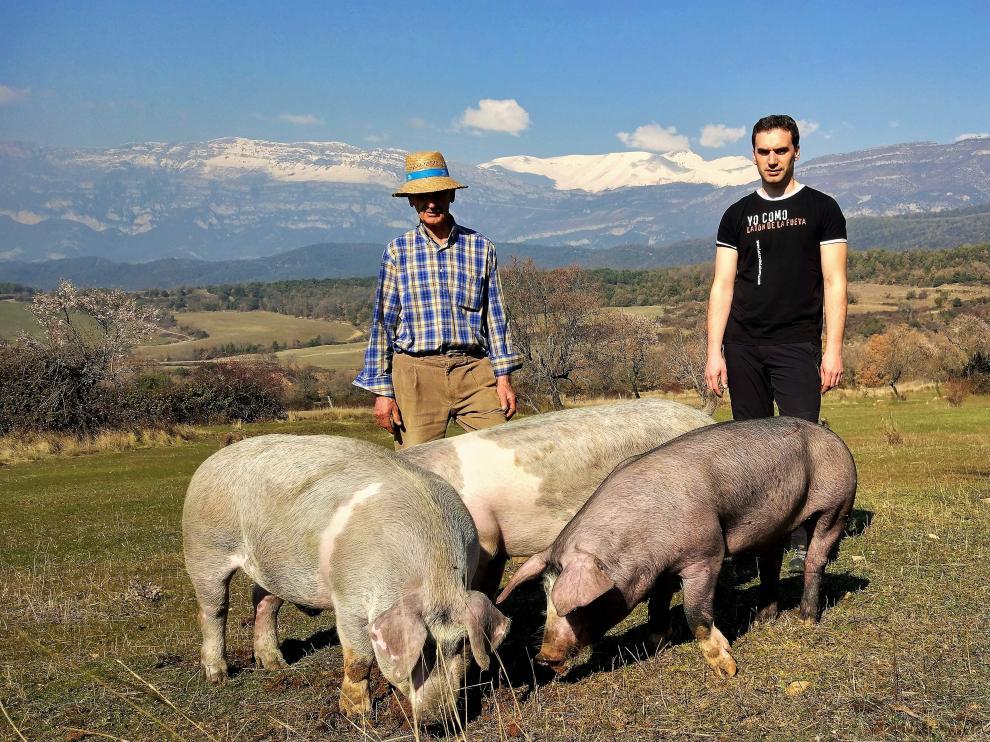 Nestor y su padre posan con un grupo de latones.