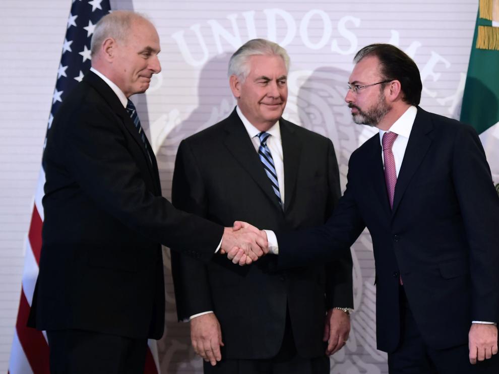 Los secretarios de Estado y de Seguridad Nacional de EE. UU., Rex Tillerson y John Kelly, con el secretario mexicano de Relaciones Exteriores, Luis Videgaray.