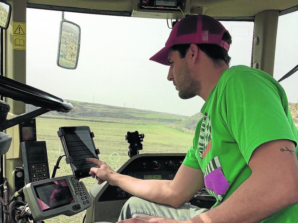 Marcos Garcés con su tractor, al que ha incorporado nuevas tecnologías.