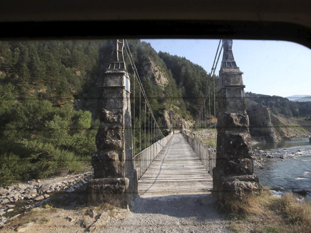 Puente colgante que conduce a Jánovas, situado en el desfiladero sobre el río Ara.