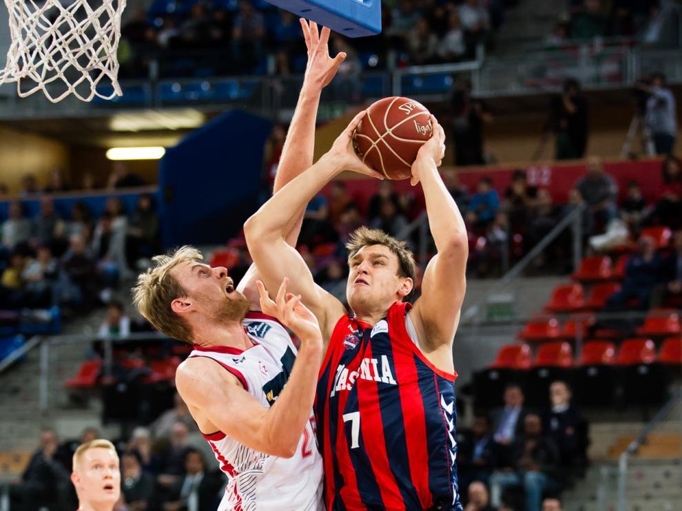 Norel se aplica en defensa en el partido de la primera vuelta.
