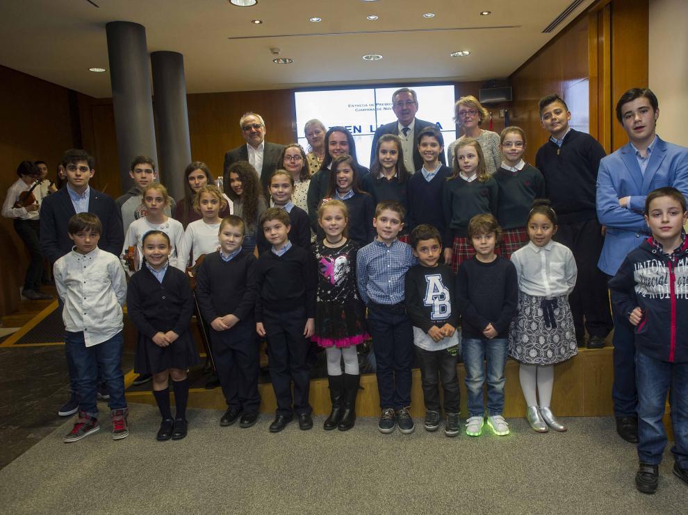 Los organizadores y los escolares ganadores en las distintas categorías, durante el acto en la Sala Goya del Palacio de la Aljafería.