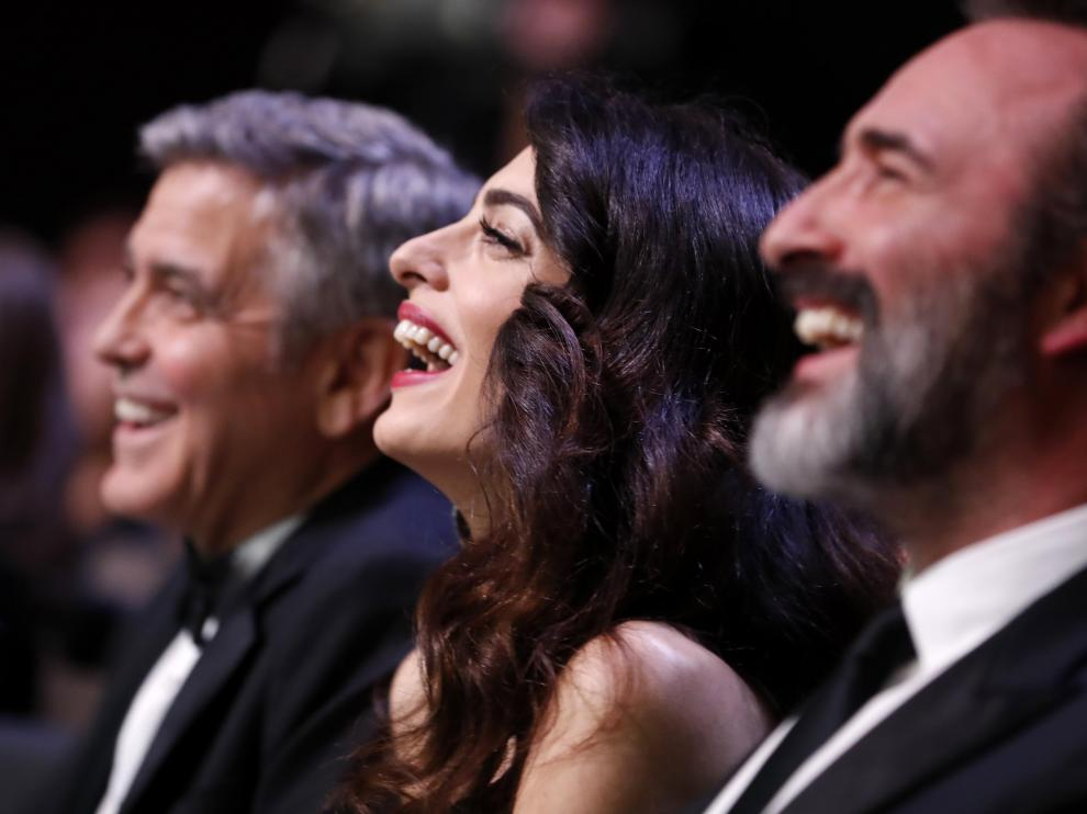 George Clooney, junto a su esposa, y el director francés Jean Dujardin