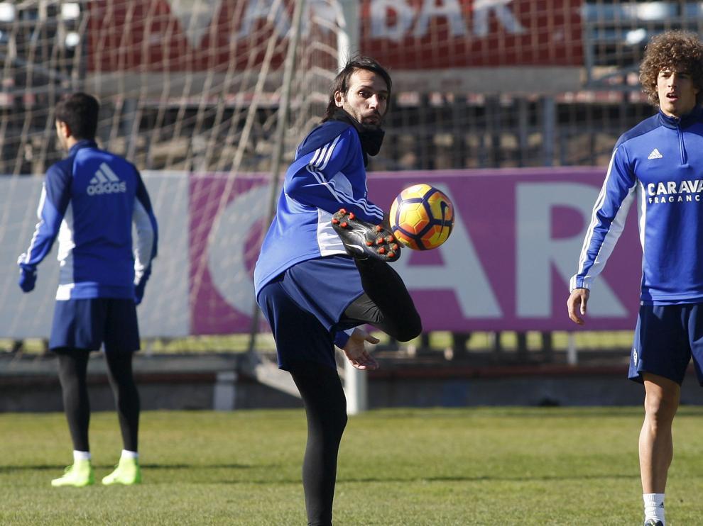 Georgios Samaras realiza una acrobacia con la pelota en el entrenamiento de ayer en la Ciudad Deportiva.