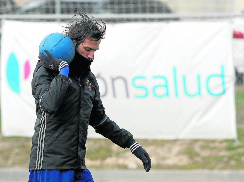 Georgios Samaras, durante un ejercicio de fuerza en el entrenamiento de ayer en la Ciudad Deportiva.