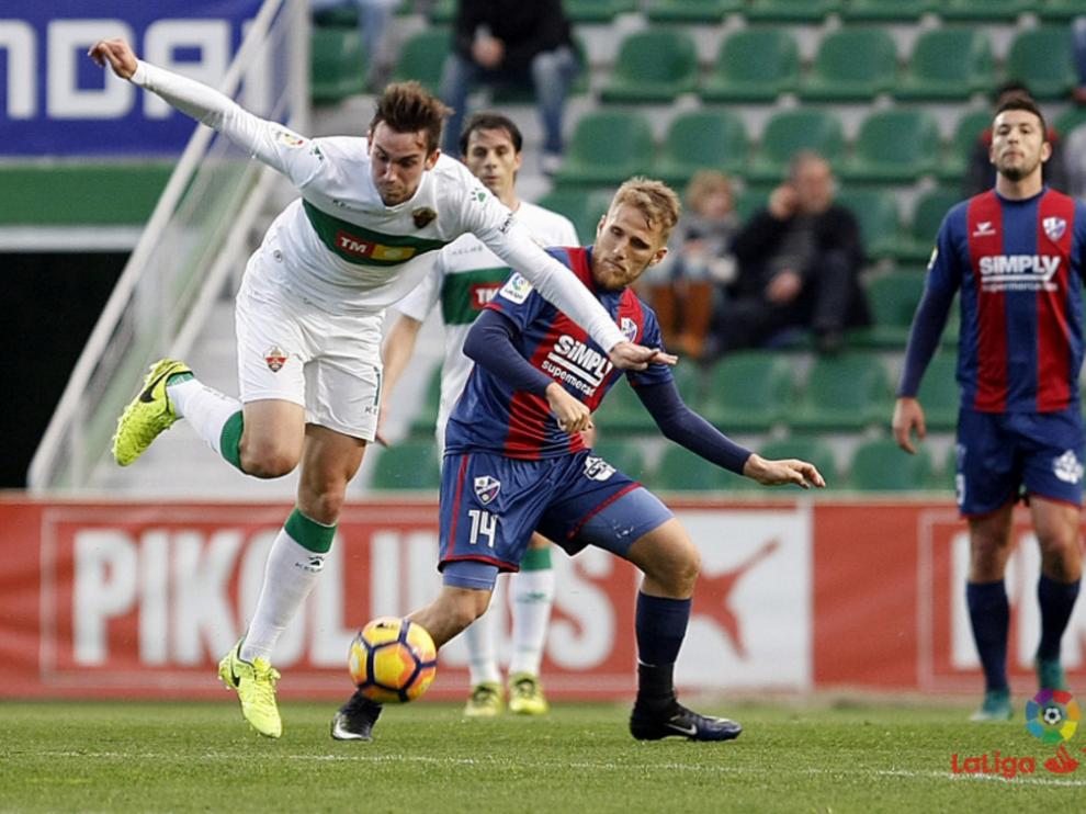 Un momento del partido entre el Elche y la SD Huesca.