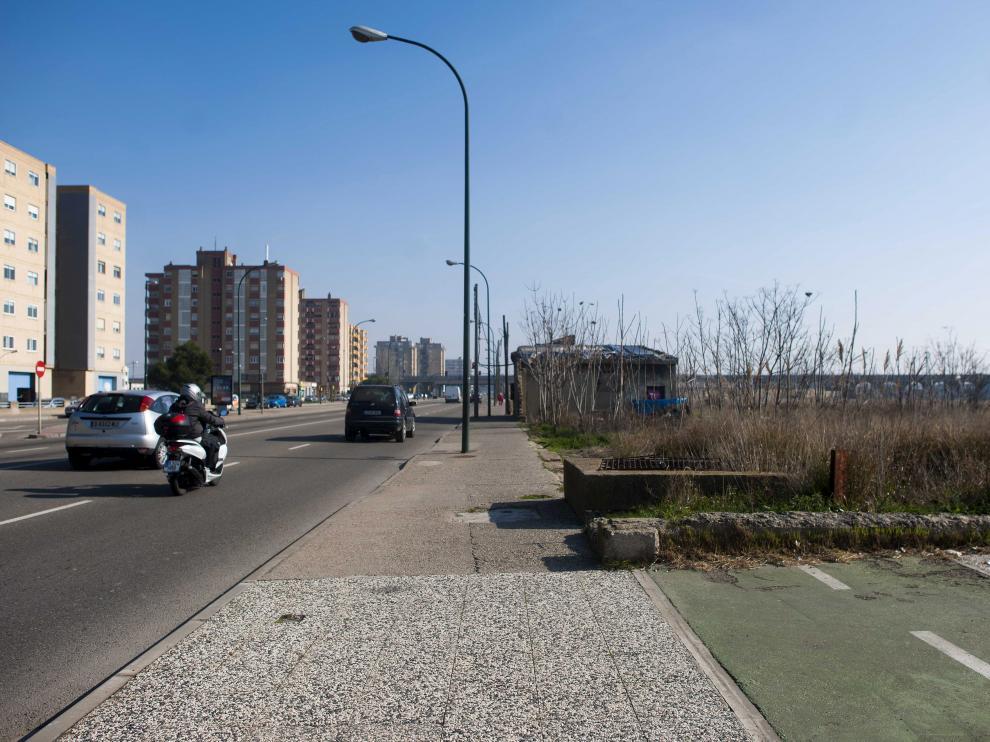 Una acequia corta el carril bici de la avenida de Cataluña.