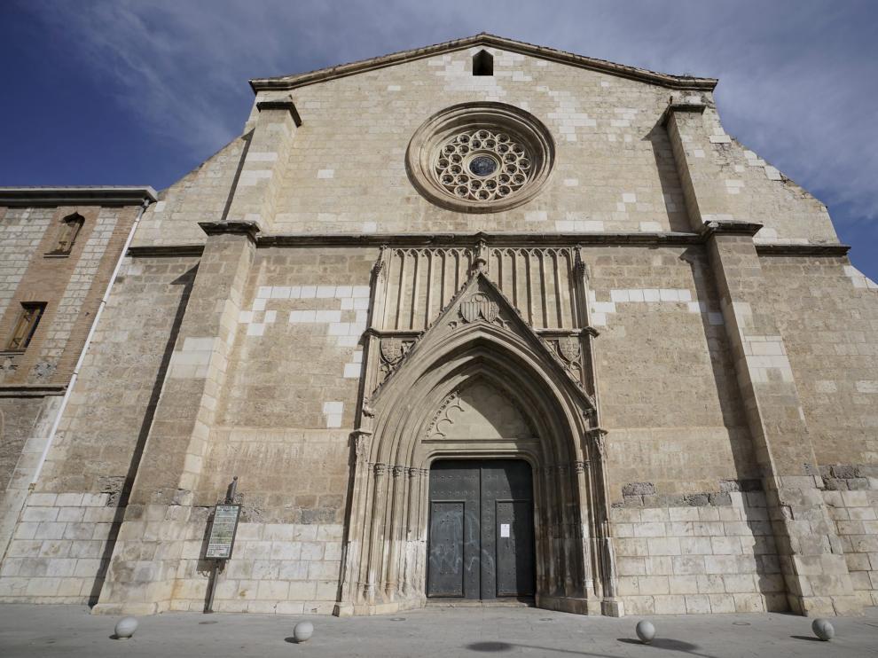 La fachada principal de la iglesia luce muy deteriorada.