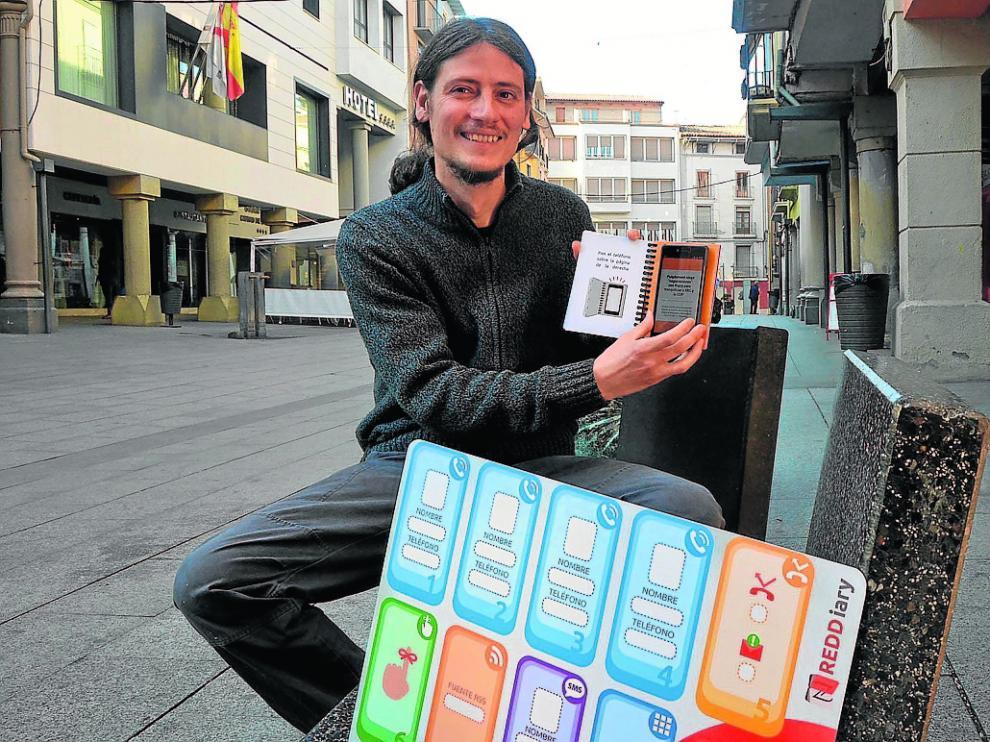 Francisco Broto, con la agenda inteligente que ha creado para facilitar el uso de los móviles.