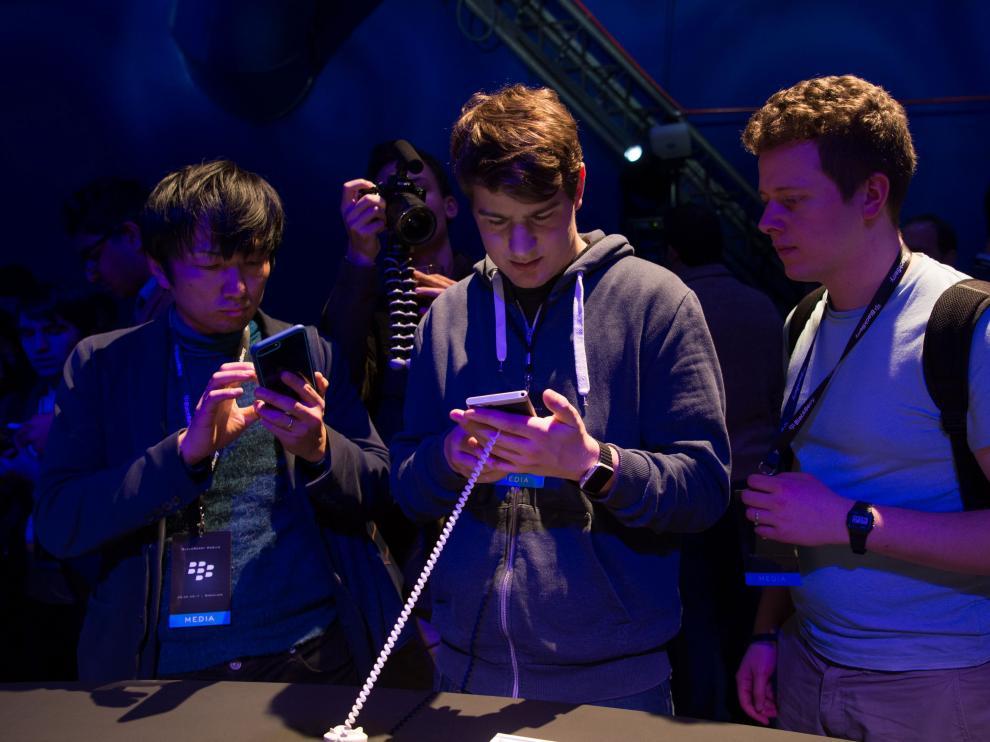 Los periodistas examinan la nueva Blackberry, en el Mobile World Congress
