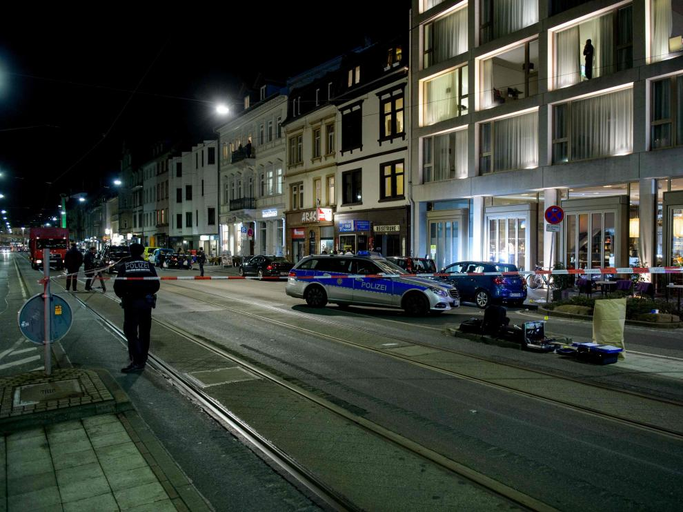La policía investiga en el lugar del atropello.