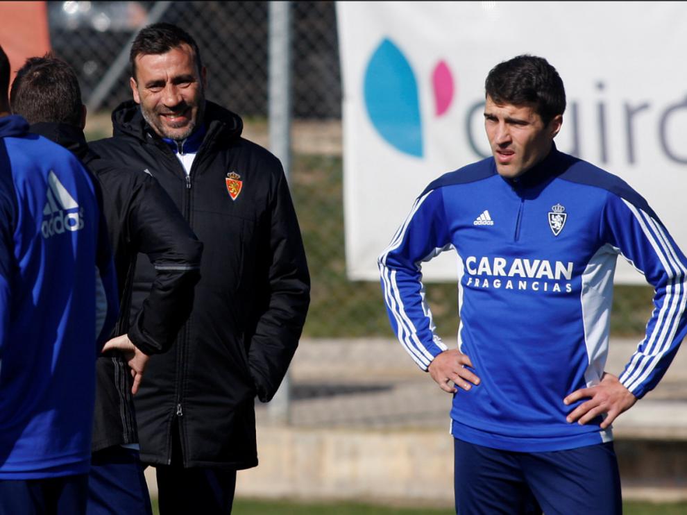 Raúl Agné charla con Zapater y Cani (éste, de espaldas) en el entrenamiento de este lunes en la Ciudad Deportiva del Real Zaragoza.