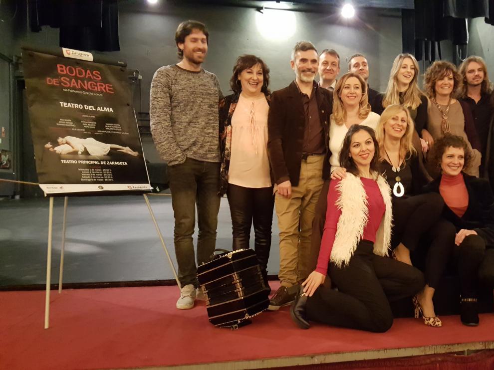 El reparto de 'Bodas de sangre', en las tablas del Teatro Principal, junto al concejal de Cultura Fernando Rivarés