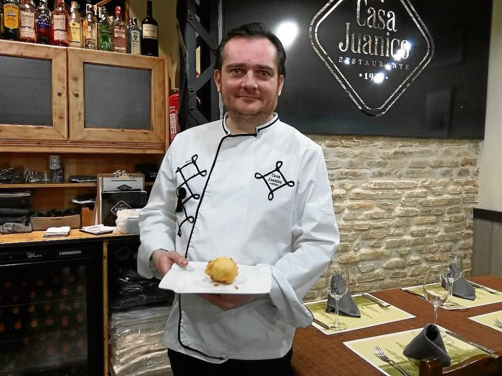 Míchel Velasco, chef de Casa Juanico, con la tapa 'Jamón con chorreras'.