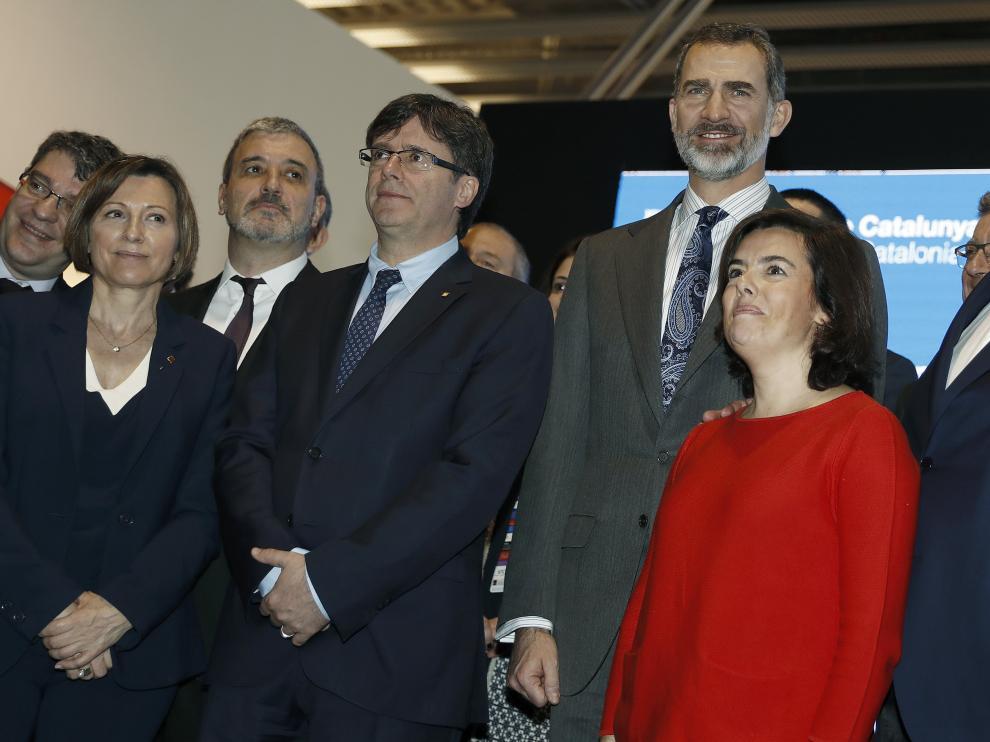 El ministro de Energía, Álvaro Nadal, junto al rey Felipe VI, Soraya Sáenz de Santamaría y Oriol Junqueras en el Mobile World Congress.