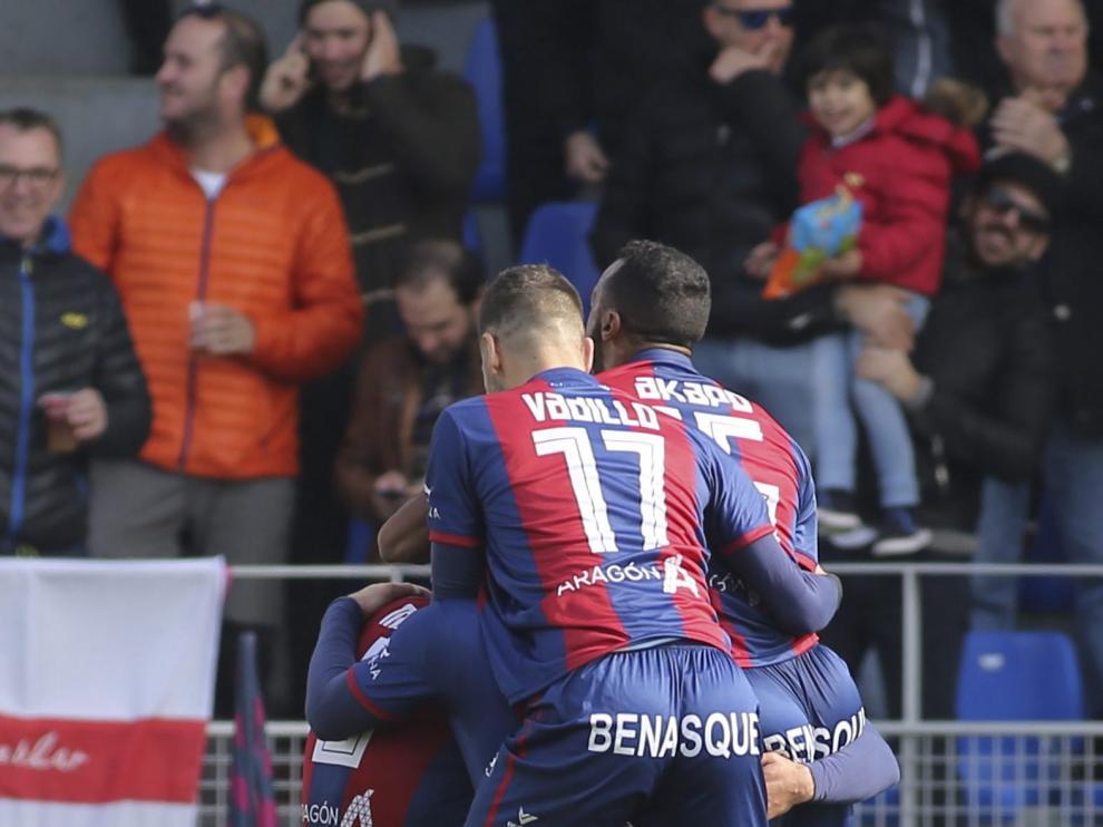 Jugadores del Huesca celebran un gol ante el Sevilla B.