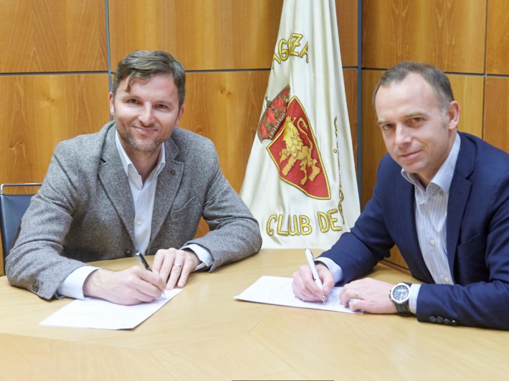 Lalo Arantegui, en la tarde de este lunes, firma su nuevo contrato como director deportivo del Real Zaragoza junto al presidente, Christian Lapetra.