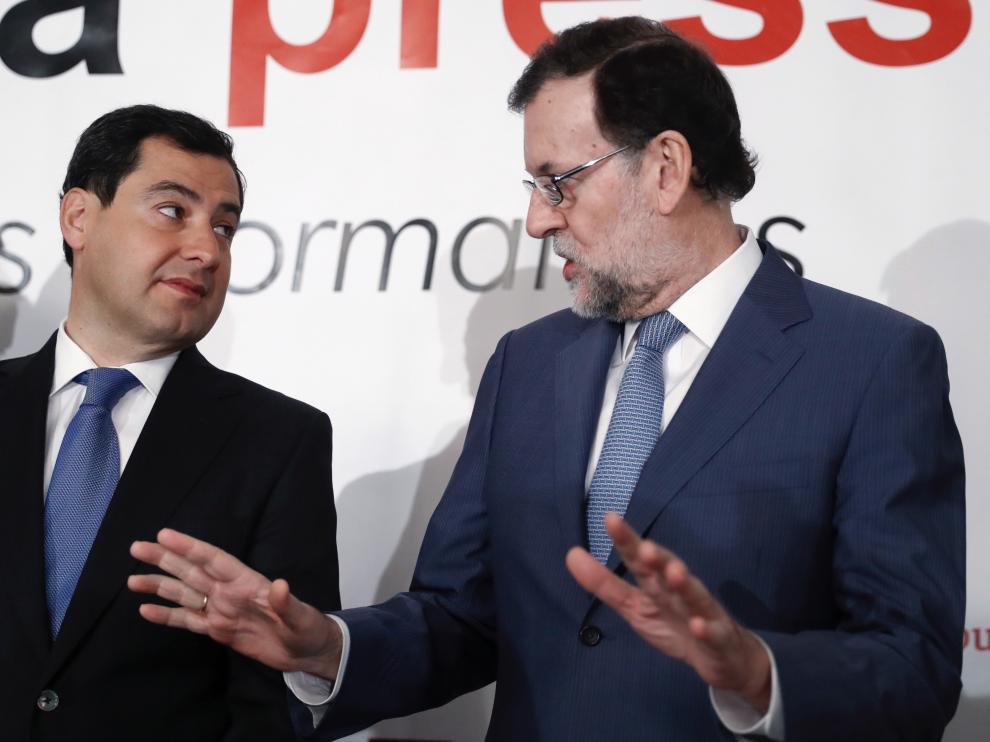 Rajoy conversa con el presidente del PP andaluz.