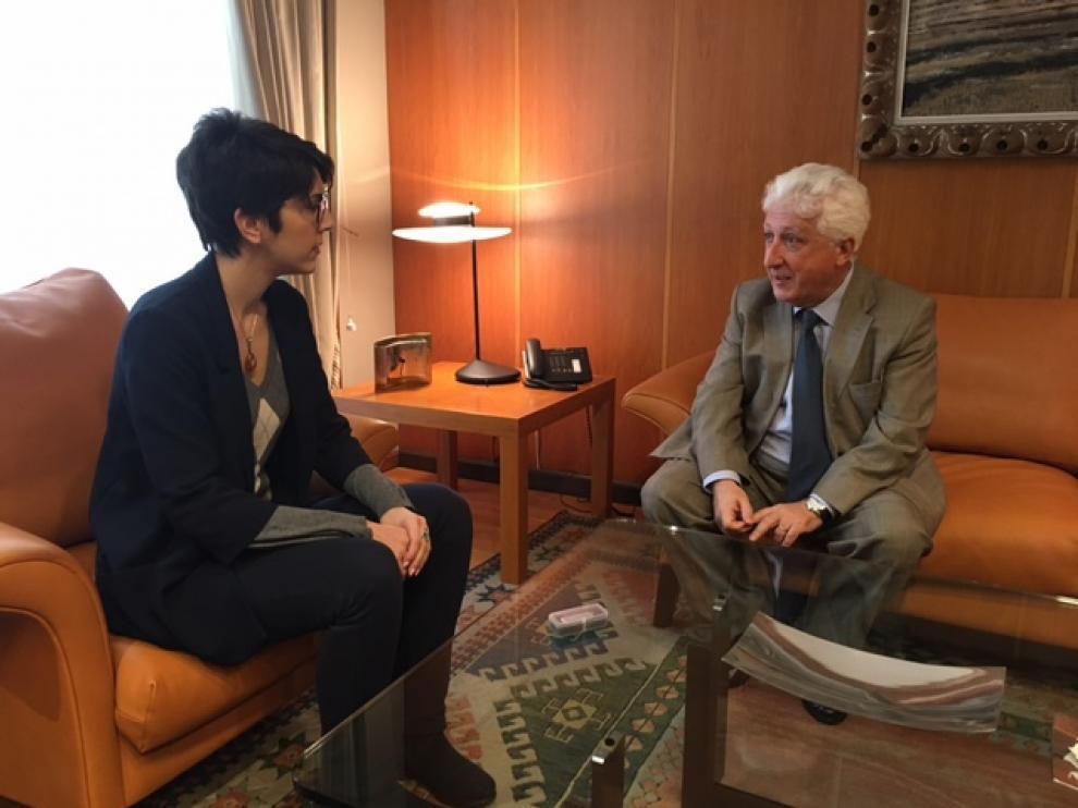 Fernando García Vicente con la presidenta de las Cortes, Violeta Barba.