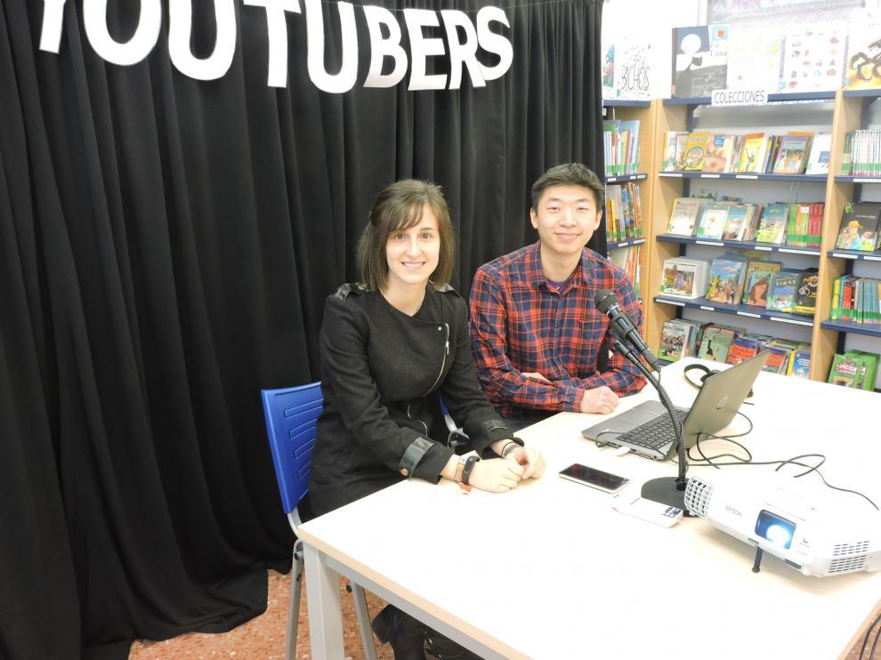 Patricia García y Dehua Sun en la biblioteca Ramón J. Sender de Huesca.