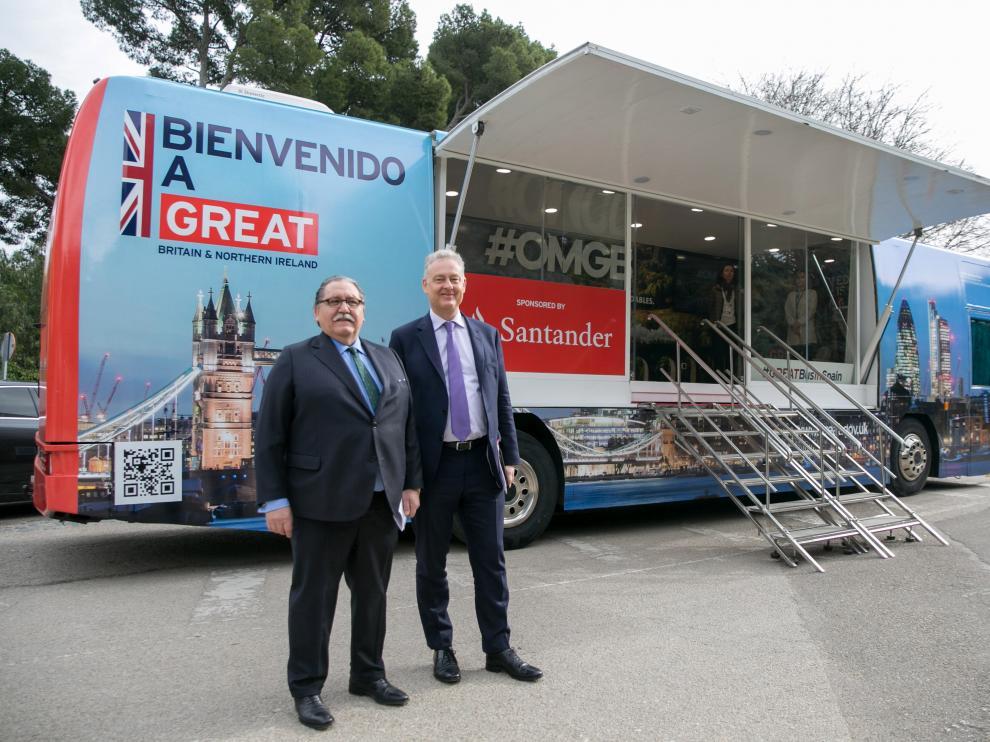El embajador británico en España Simon Manley posa con el presidente de la Cámara de Comercio de Zaragoza, Manuel Teruel, ante el bus informativo sobre el 'brexit', en el Parque Grande.