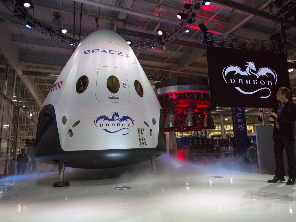 Elon Musk, presidente ejecutivo de Space Exploration Technologies (SpaceX), muestra el vehículo espacial Crew Dragon que se enviará a la Estación Espacial Internacional (EEI).