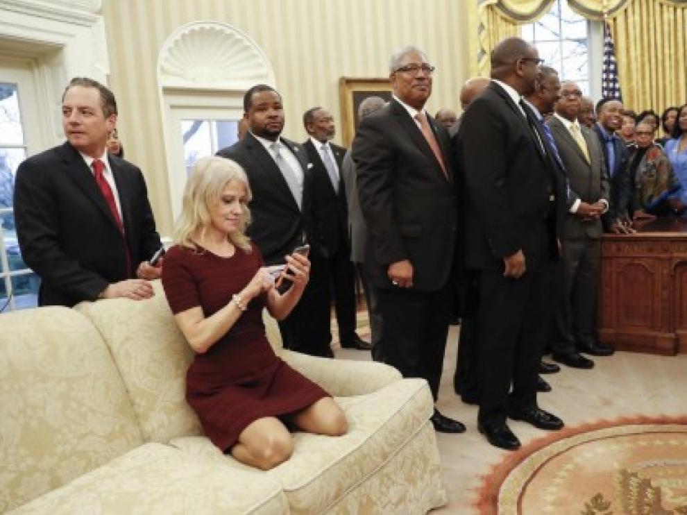 Kellyanne sobre el sofá del Despacho Oval con sus zapatos puestos.