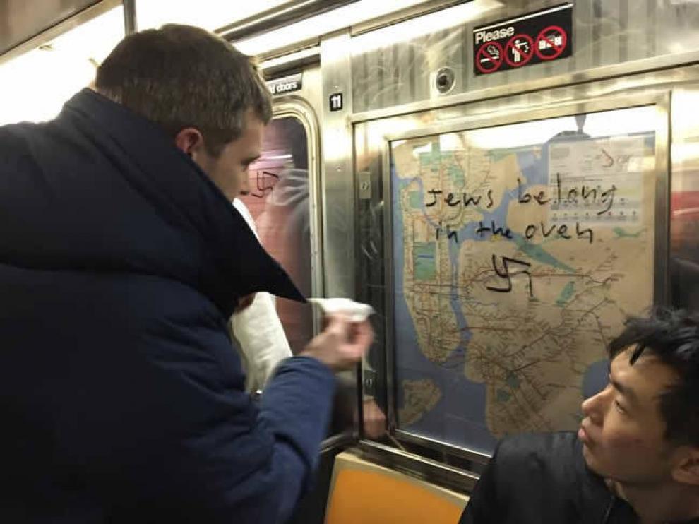 Un pasajero borra una pintada antisemita en el metro de Nueva York