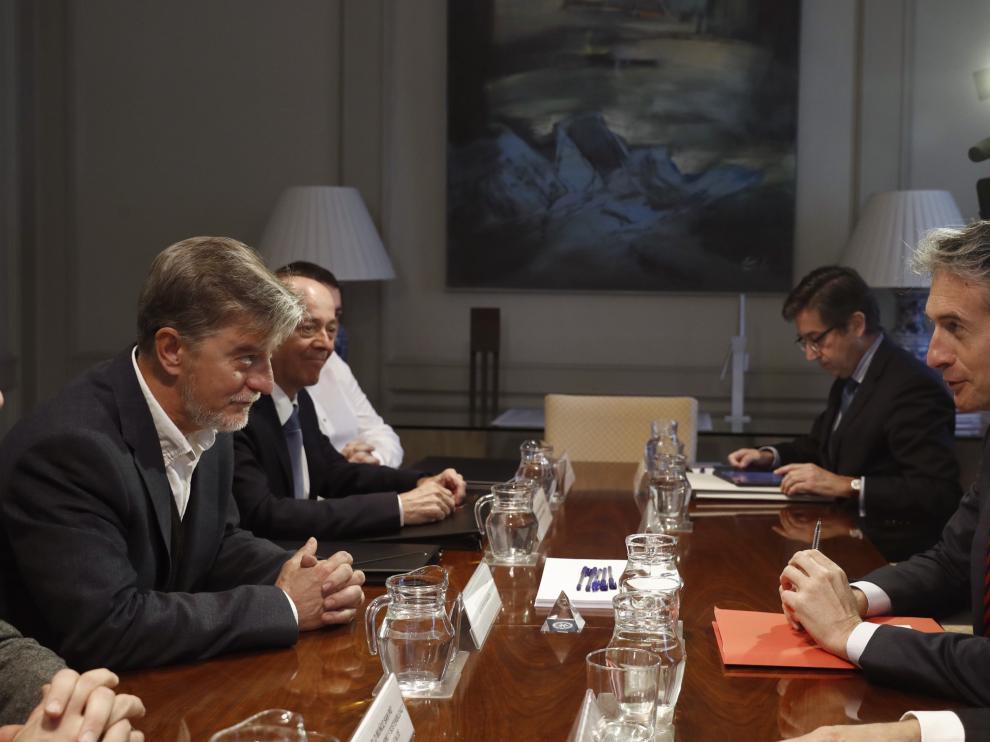 Reunión en el ministerio de Fomento entre el ministro De la Serna y el alcalde de Zaragoza.