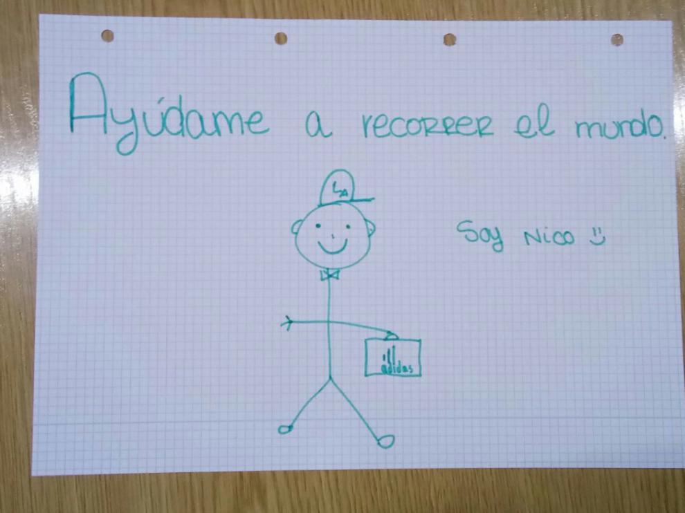 """Dibujo infantil de un niño con una cartera y una visera sobre el que se lee: """"Ayúdame a recorrer el mundo. Soy Nico""""."""